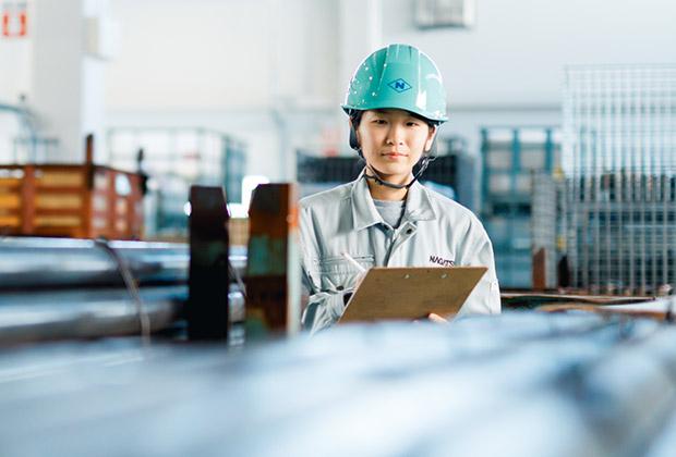 お客様と製造部門の間を取り持ち、在庫管理や受発注管理などを行っています。